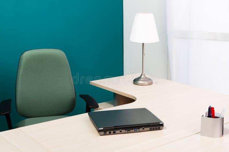Portátil em uma mesa fotografia de stock royalty free
