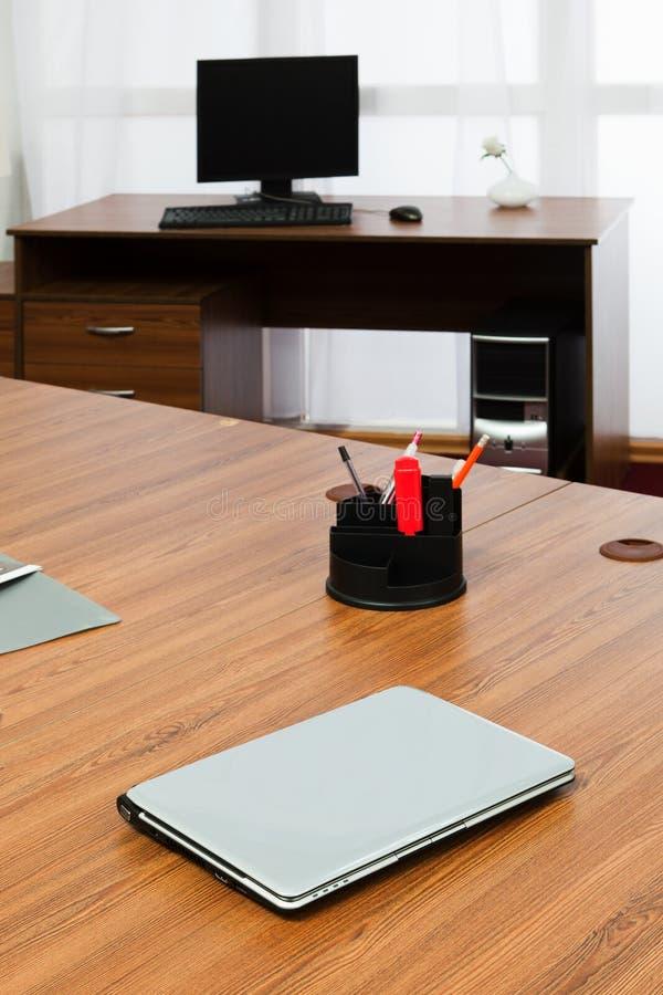 Portátil em uma mesa foto de stock