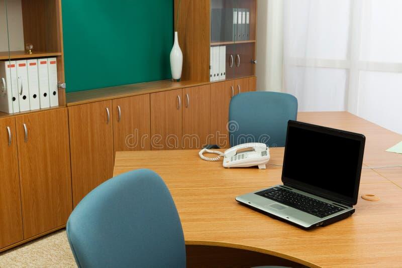 Portátil em uma mesa imagem de stock