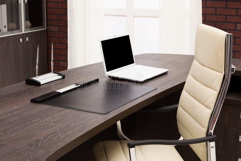 Portátil em uma mesa imagens de stock royalty free