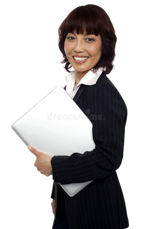 Download Portátil Fêmea Corporativo Asiático Da Terra Arrendada Imagem de Stock - Imagem de holding, eletrônico: 26509829