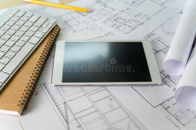 Portátil incorporado do computador da cooperação e pro arquitetos arquitetónicos digitais do projeto que trabalham o trabalho fotografia de stock