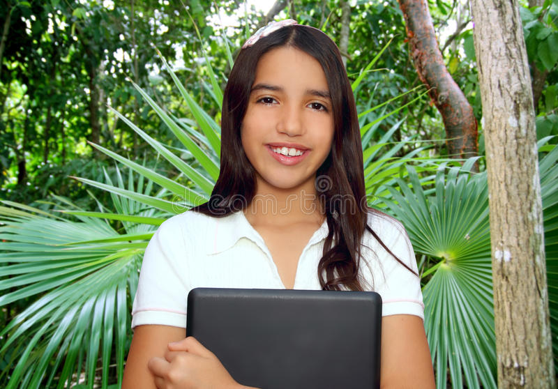 Portátil latin indiano da terra arrendada do estudante adolescente triguenho imagens de stock royalty free