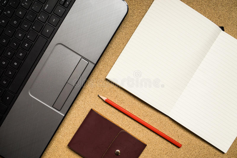 Portátil, livro, lápis e caderno na tabela de madeira fotos de stock