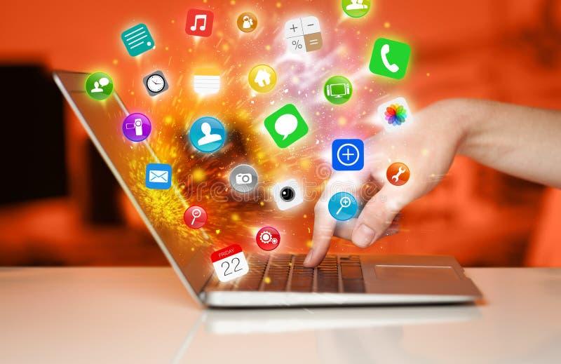 Portátil moderno da pressão de mão com ícones móveis e símbolos do app