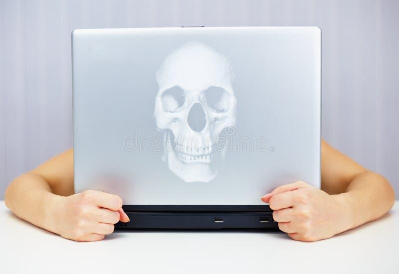 Portátil mortal conectado ao Internet fotografia de stock royalty free