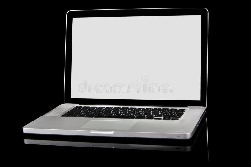 Portátil novo com tela branca em um fundo preto imagem de stock