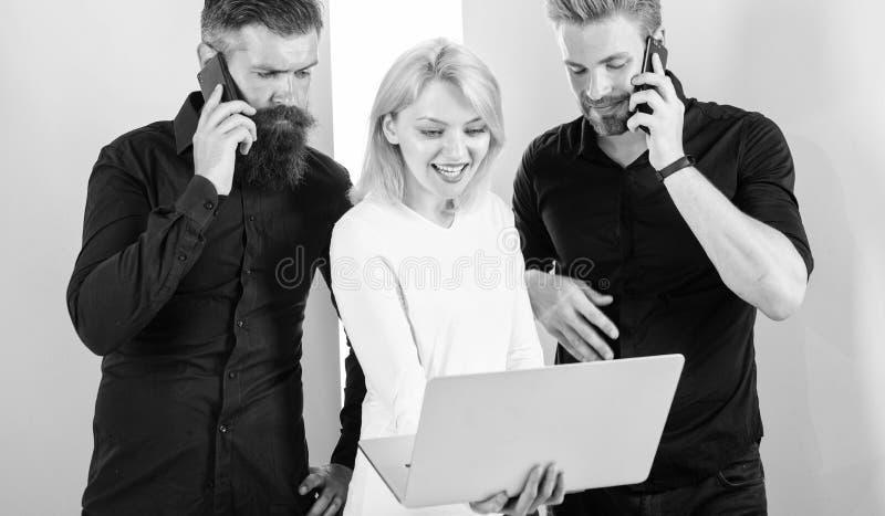 Portátil ou smartphone você sempre em linha Os povos modernos vivem em realidades virtuais e reais Os homens e a mulher apreciam fotos de stock royalty free