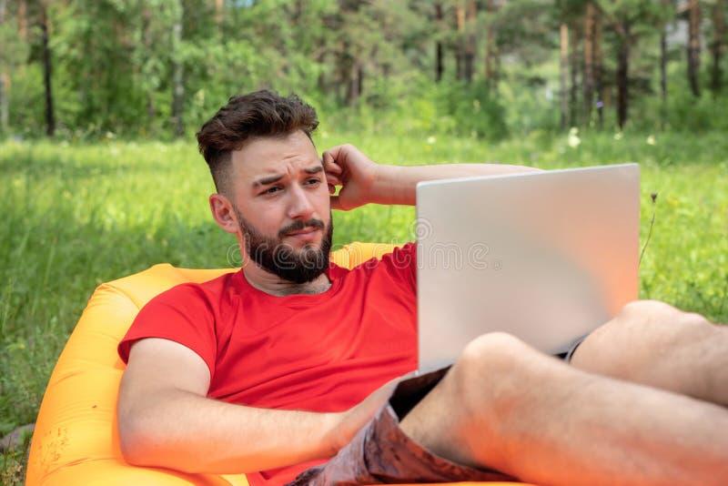 Portátil para estudiantes adolescentes Estudiante masculino con laptop estudiando en el campus foto de archivo libre de regalías