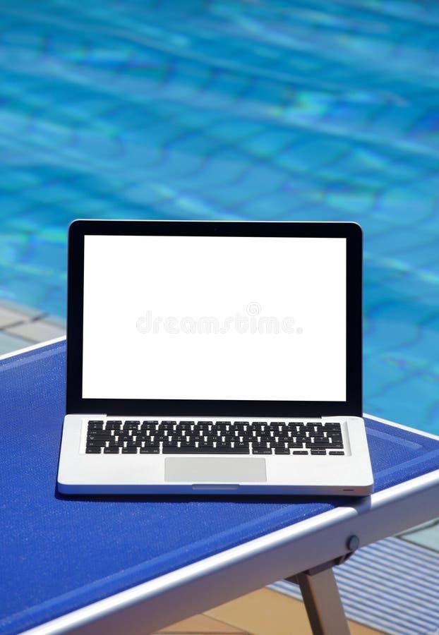 Portátil pela piscina imagem de stock royalty free