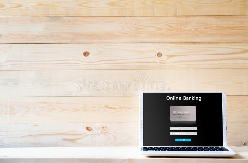 Portátil que abre Internet banking eletrônicos em linha fotos de stock royalty free