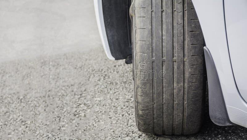 Porté et pneu de voiture endommagé image stock