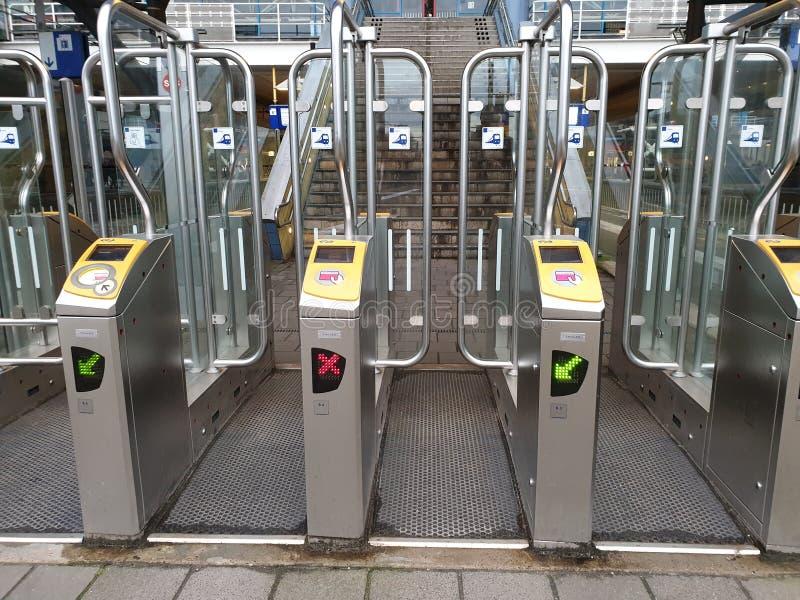 Portões na estação ferroviária Amesterdã Sloterdijk a abrir com cartão de pagamento para comboios nos Países Baixos imagem de stock