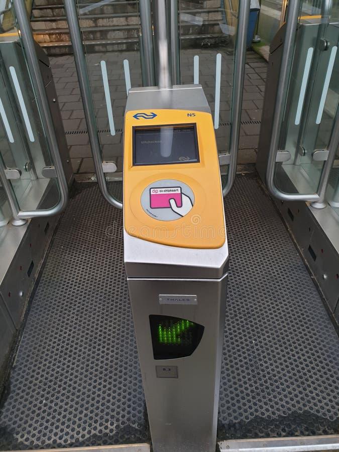 Portões na estação ferroviária Amesterdã Sloterdijk a abrir com cartão de pagamento para comboios nos Países Baixos imagens de stock royalty free