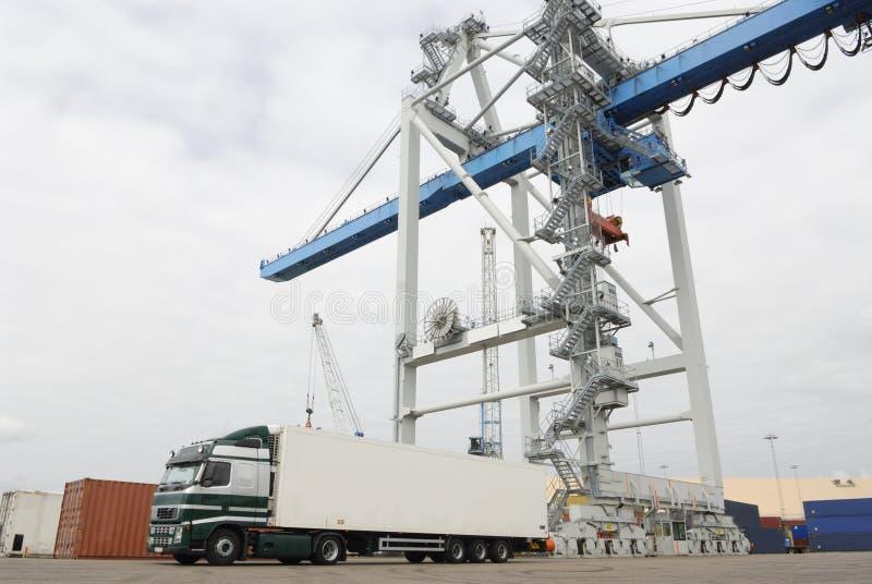 port ładunku ciężarówki czekają obraz stock