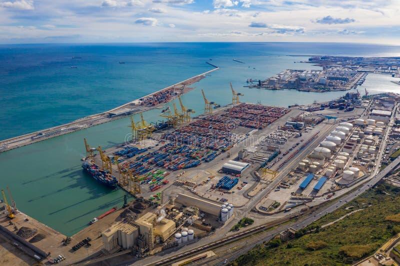 Port av barcelona med färgrika lastfartygbehållare royaltyfria bilder