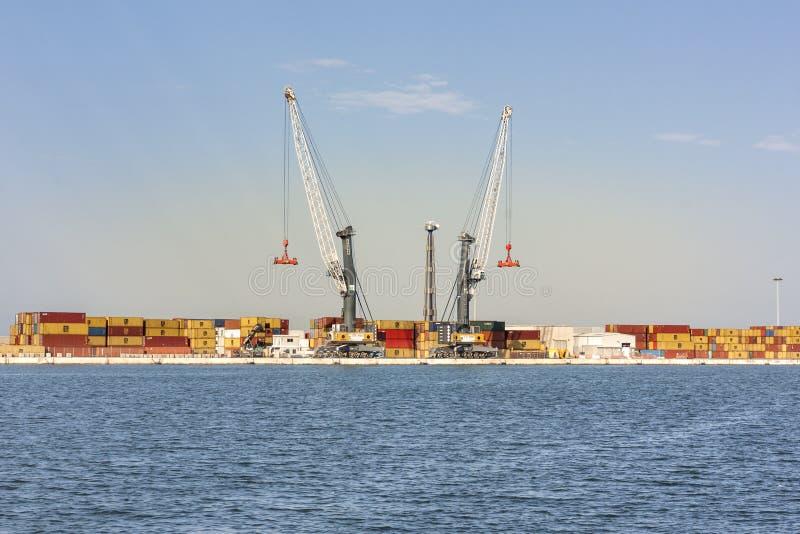 Port av Bari, Puglia, Italien - Juli 15, 2018, kran- och portcarg arkivbilder