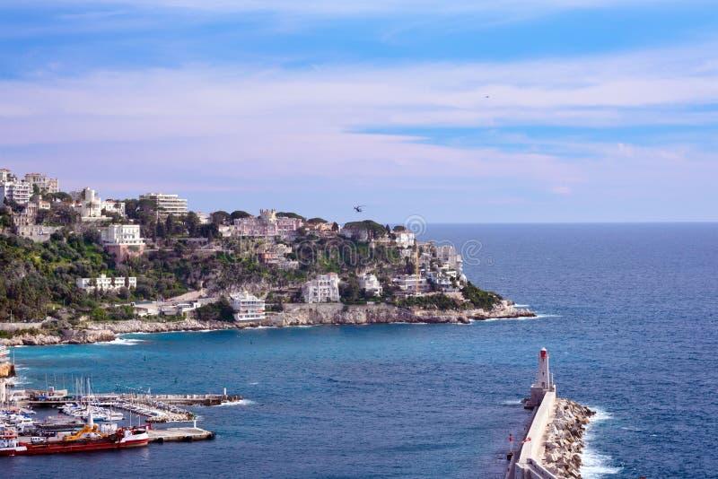 Port av den franska staden av Nice Privata yachter och fartyg parkeras nära kusten arkivfoton