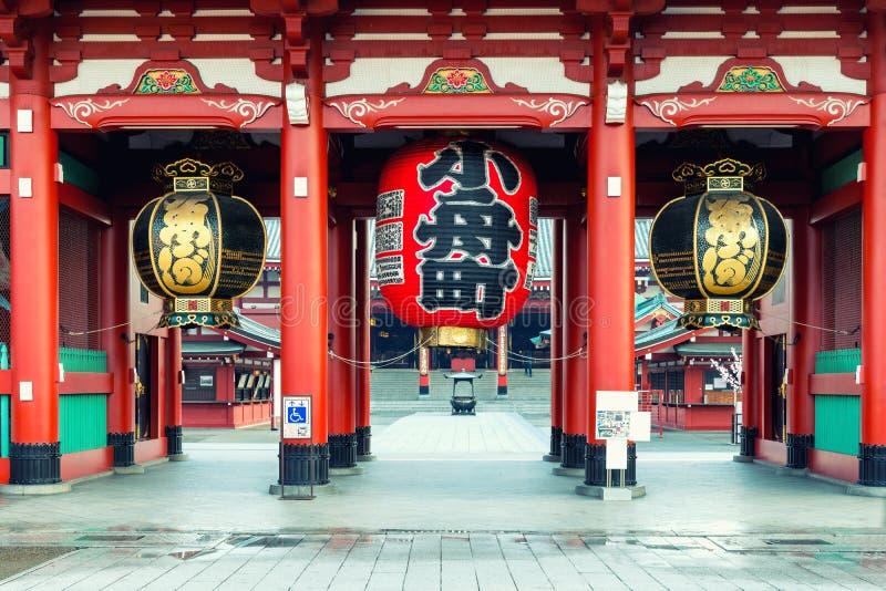 Port av den Sensoji relikskrin med den stora röda lyktan Sensoji tempel på det Asakusa området i Tokyo, Japan arkivbild