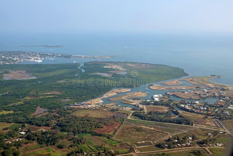 Port av Denerau från luften, Fiji arkivbild