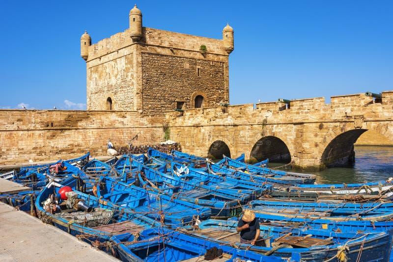 Port av Essaouira i Marocko med flotta av blåa fiskebåtar arkivfoton
