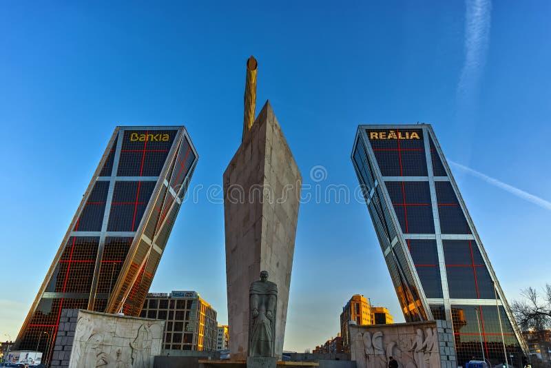 Port av Europa KIO torn och obelisk av Calatrava på den Paseo de la Castellana gatan i stad av Madrid, Spanien arkivfoton