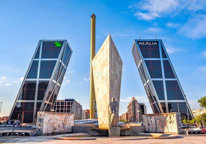 Port av Europa Puerta de Europa - tvilling- vippande på kontorsbyggnader i Madrid, Spanien arkivbilder