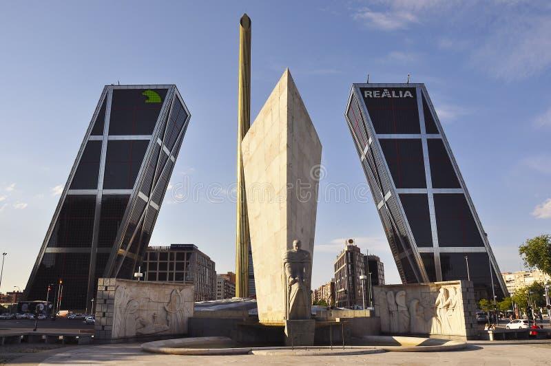 Port av Europa Puerta de Europa, tvilling- vippande på kontorsbyggnader, Madrid, Spanien arkivfoto