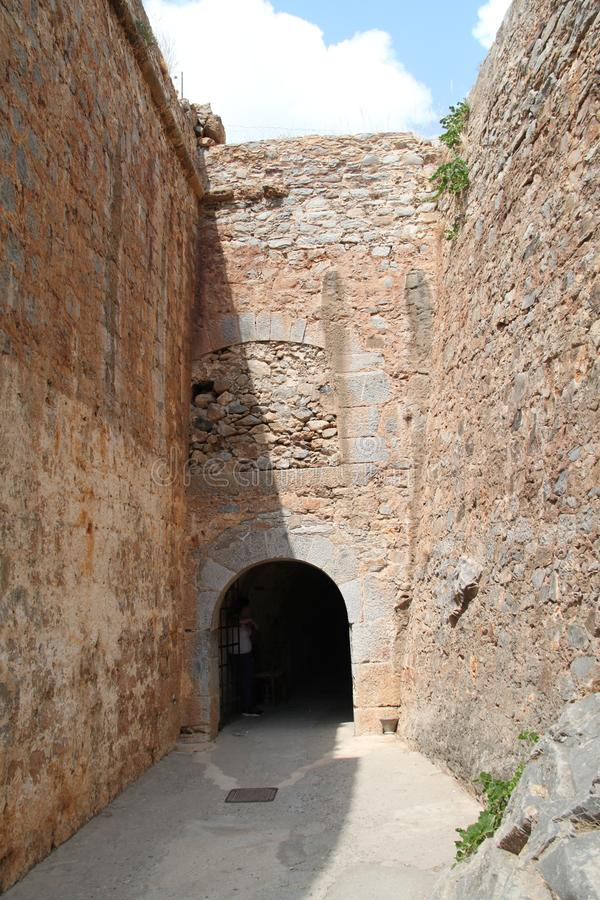 Port av fästningen för Spinalonga spetälskkoloni, Elounda, Kreta royaltyfri fotografi