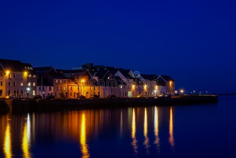 Port av Galway på natten arkivfoto