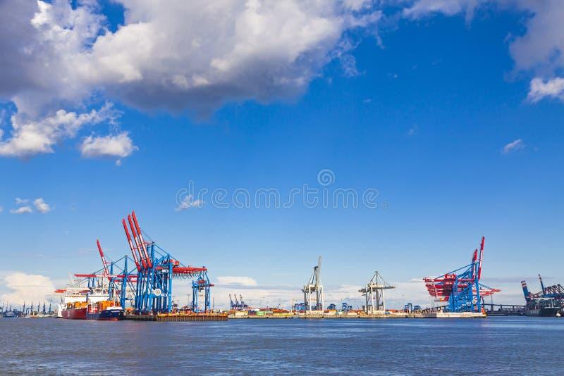 Port av Hamburg på floden Elbe, Tyskland royaltyfria bilder