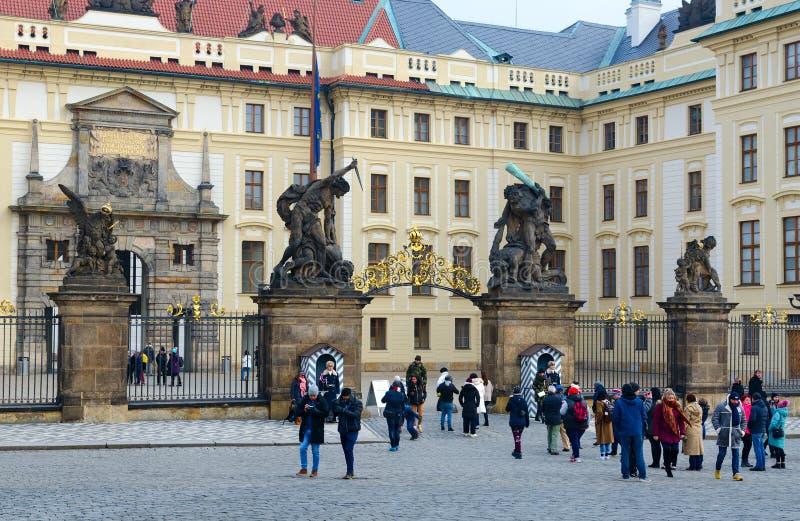 Port av jättar och port av Mathias, Prague slott, Prague, Tjeckien Turister på den Hradchanskaya fyrkanten royaltyfri fotografi