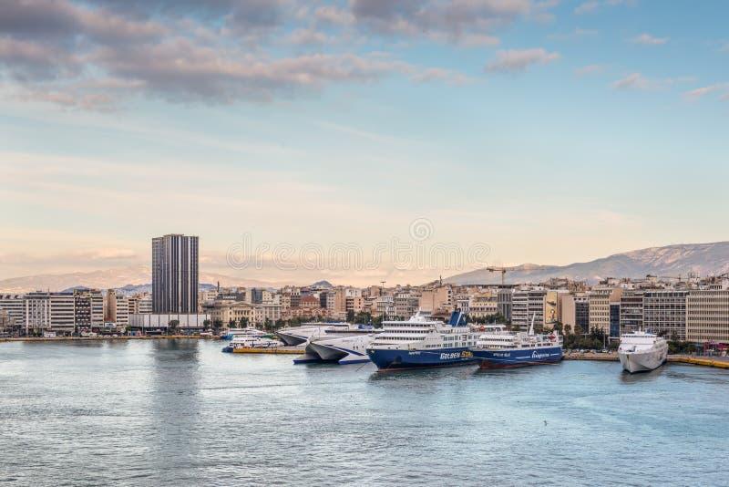Port av Piraeus, Grekland i aftonen arkivbild