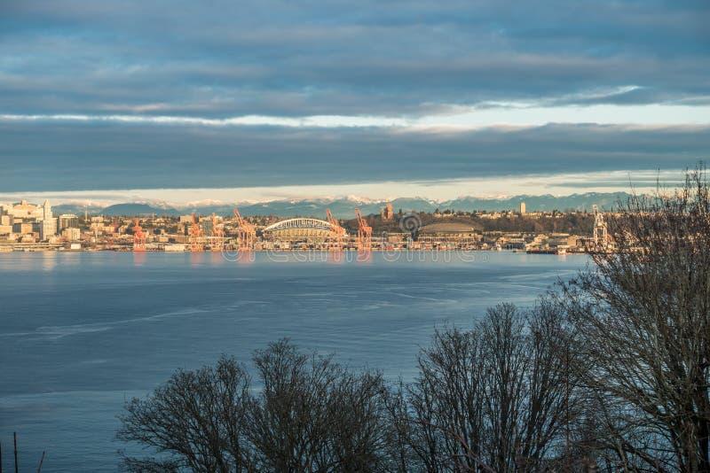 Port av Seattle och kaskader fotografering för bildbyråer