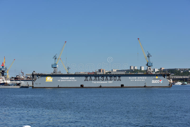 Port av Vladivostok den guld- horn- fjärden som svävar skeppsdockan royaltyfria foton