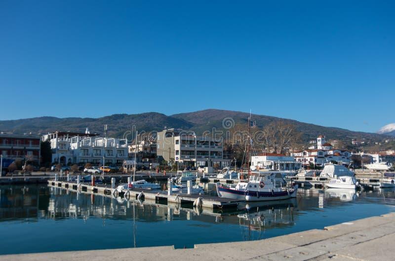 Port avec des bateaux et des schooners de pêche Le Grec de Platamonas est photos stock