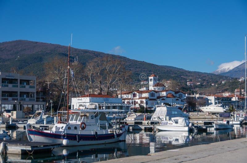 Port avec des bateaux et des schooners de pêche Le Grec de Platamonas est photographie stock