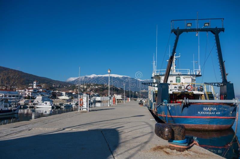 Port avec des bateaux et des schooners de pêche Le Grec de Platamonas est image libre de droits