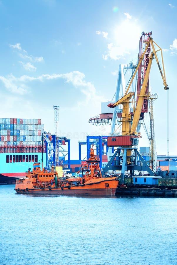 Port avec des grues, des conteneurs et la cargaison images stock