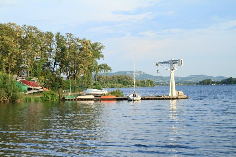 Port avec le bateau et la grue sur le lac photographie stock libre de droits