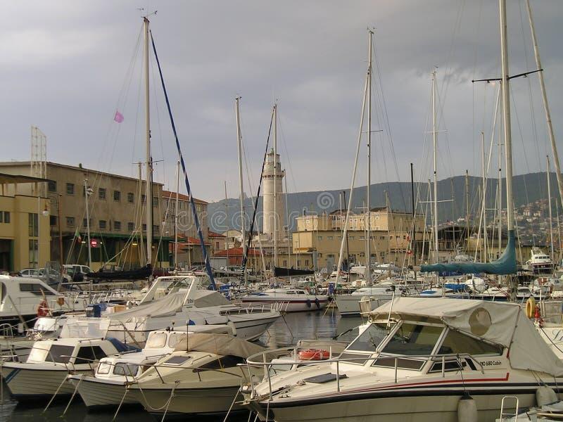 Port avec le phare photos stock