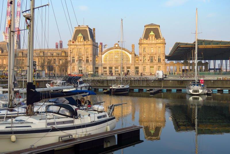 Port avec les yachts et la station de train, Ostende, Flandre, Belgique photographie stock