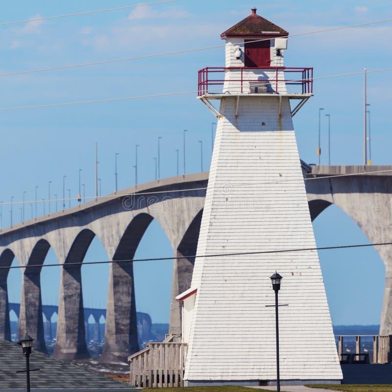 Port Borden Range Rear Lighthouse et pont de confédération images libres de droits