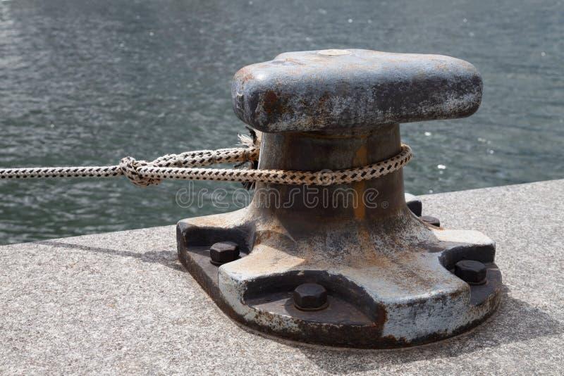Port, borne et corde photographie stock libre de droits