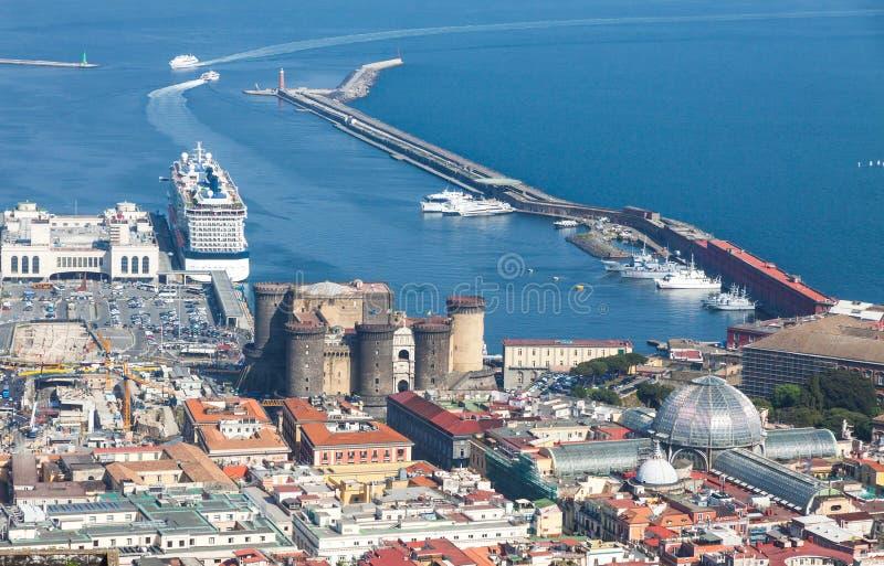 Port, Castel Nuovo och Galleria Umberto I i Naples, Italien arkivfoto