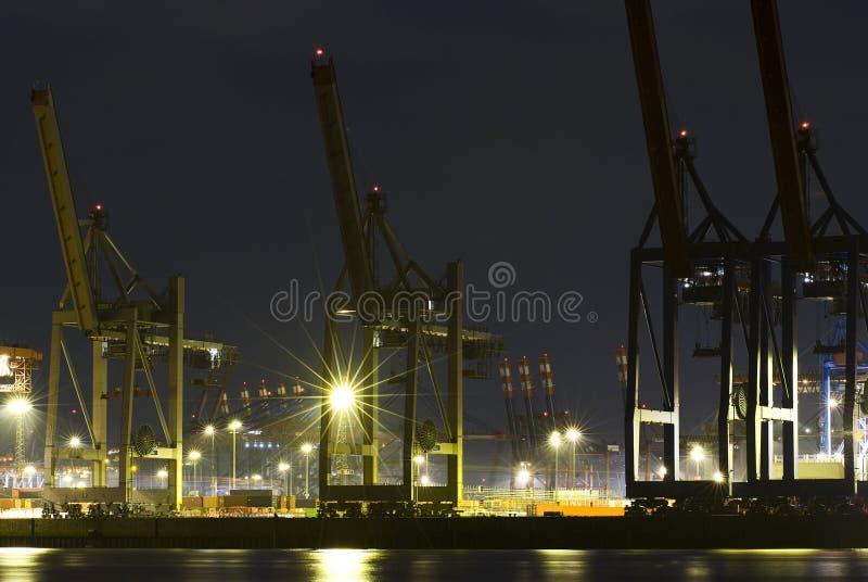 Port commercial la nuit photo stock