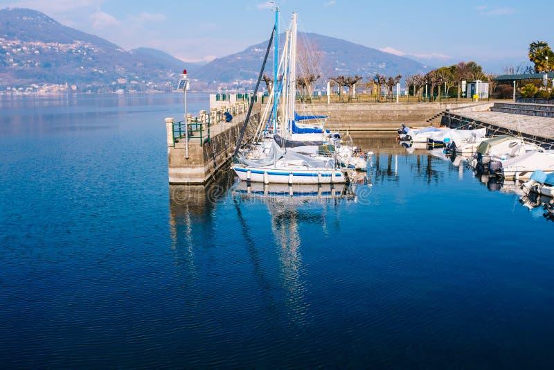 port con le barche a vela con fondo il lago e le montagne sulla a fotografia stock libera da diritti