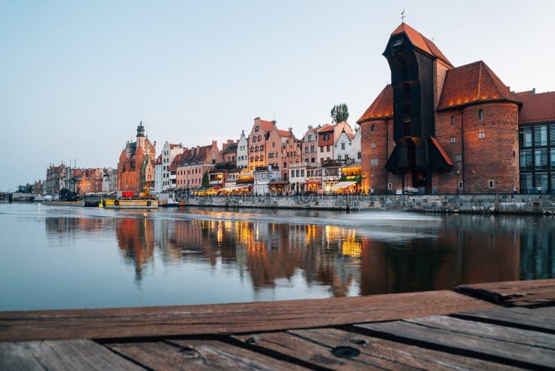 Port Crane och den gamla staden med flod vid sunset i Gdansk i Polen arkivbilder
