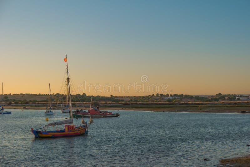 Port d'Alvor au coucher du soleil au Portugal photos libres de droits