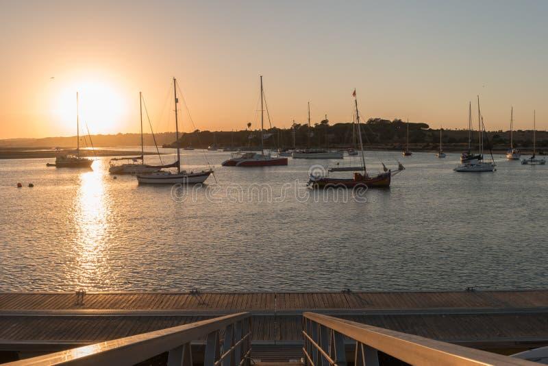 Port d'Alvor au coucher du soleil au Portugal image libre de droits
